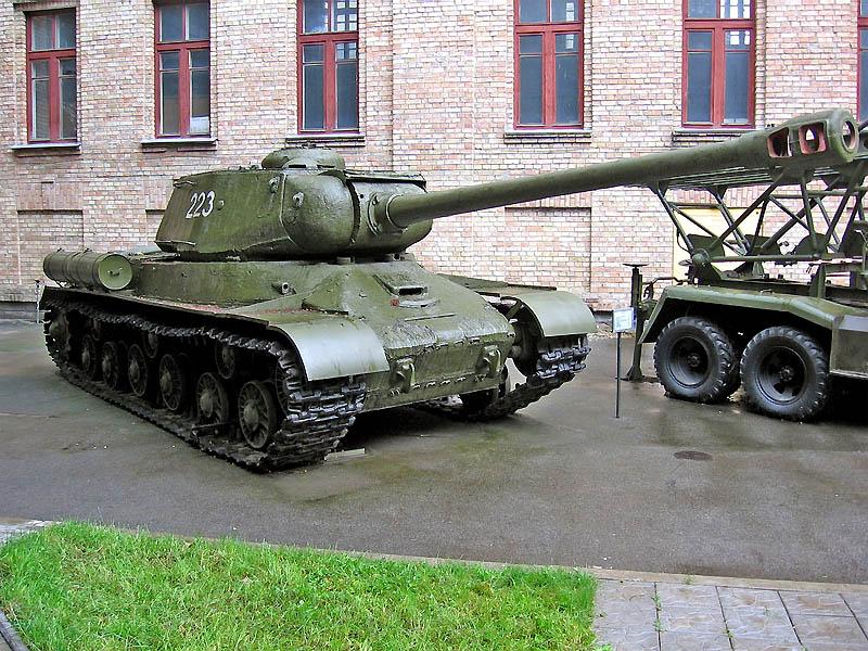Тяжёлые танкии ИС-2 и Pz VI Tiger были своеобразными символами военной мощи СССР и Германии во 2МВ.